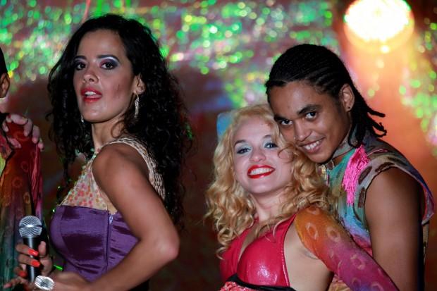 Maeve Jinkings (esq.)  em cena de 'amor, Plástico e Barulho', de Renata Pinheiro