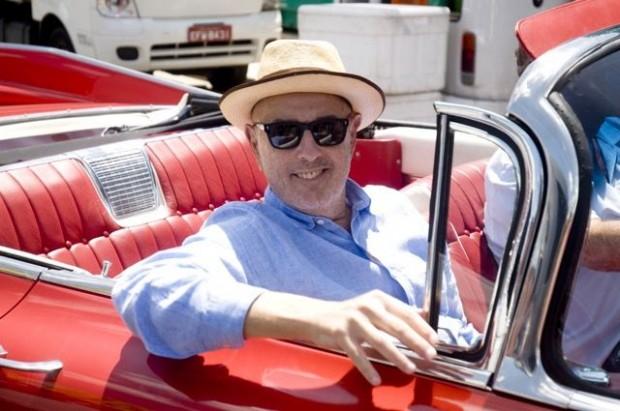 O diretor Hector Babenco posa em carro usado no longa-metragem 'Meu Amigo Hindu'. Créditos: Mujica Saldanha
