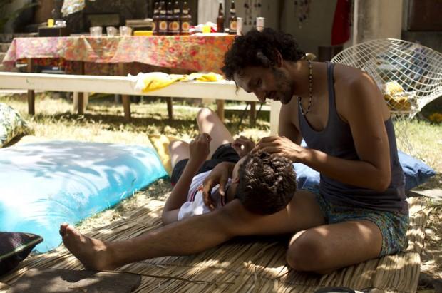 """Jesuíta Barbosa e Irandhir Santos em cena do filme """"Tatuagem"""" (2013), de Hilton Lacerda"""